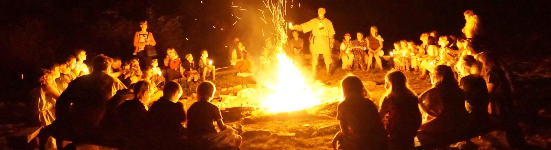 Posezení kolem ohně – noční foto