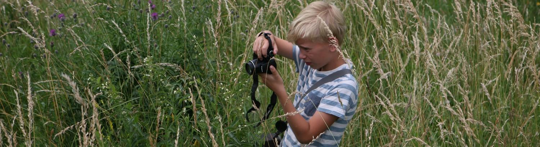 Chlapec fotí rostlinu