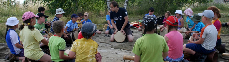 děti se učí bubnovat